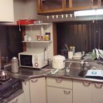 画像: キッチン                             - 女性専用、日当たり、通風、収納たっぷり、2階の7.5畳洋室が即入居可能です。千代田線亀有駅から徒歩7分の静かな住宅街にある昭和の家。