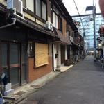 画像: 建物外観                             - 阪急大宮駅、徒歩2分のかなりボロイ町家風長屋
