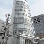 画像: 建物外観                             - ガラス張りのお洒落ビル!渋谷駅徒歩3分 オフィススペース(wifi、冷暖房、冷蔵庫、電子レンジ完備)