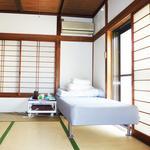 画像: 個室                             - 自分専用のキッチン付きダイニング6畳+寝室6畳の2室あり+4畳のお庭つき。日当たりの良い南向き+10畳の共用リビング付きで3.9万円/月
