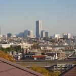 画像: 眺望                             - 横浜へ約10分♪一戸建を女子3人で独占!光回線.洗剤.お米付.家具・TV付き・2面採光、緑の庭とランドマークタワーが見えます。生活必需品がほぼ揃って、デポジットゼロ円!