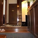 画像: 玄関                             - 横浜へ約10分♪一戸建を女子3人で独占!光回線.洗剤.お米付.家具・TV付き・2面採光、緑の庭とランドマークタワーが見えます。生活必需品がほぼ揃って、デポジットゼロ円!