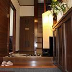 Photo: 玄関                             - 専用TV付! 横浜の夜景が見える広めのお部屋。一戸建を女子3人で独占です!  光回線・洗剤等の日用品付き・ブランド米食べ放題・ベッド他家具・布団付き。女性オーナーの安心物件。