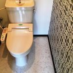 画像: トイレ                             - [新提案!!シェアハウス疲れの方へ・・・プライベートシェアハウス] ★広々の1DK(お風呂・トイレ別)で家賃3万円代★初期費用無料★ ペット可★難波まで8分★駅から徒歩3分★家電、家具付き