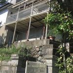 画像: 建物外観                             - 駅から5分、梅田まで40分、ペットOKの古い戸建の2階の部屋を貸します