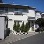 画像: 建物外観                             - 7月1日から。ペットOK。世田谷若林(区役所近く)の一軒家、家具付き・収納スペース有り、明るい7畳の部屋です。