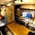 Photo: リビング                             - 2021年1月から一部屋空きます!*音出し可!!ミュージシャン向けシェアハウス、防音室、家具付き!プロミュージシャン在住!!駐車場あり。